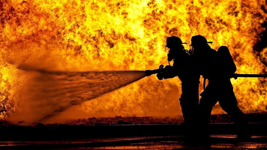 Bomberos de la Comunidad de Madrid apagando un fuego.