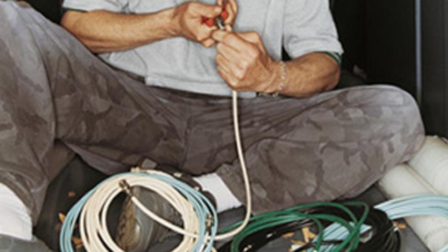 Hombre pelando cable