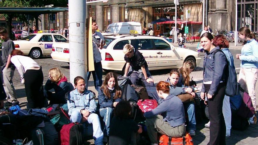 Jóvenes con maletas esperando