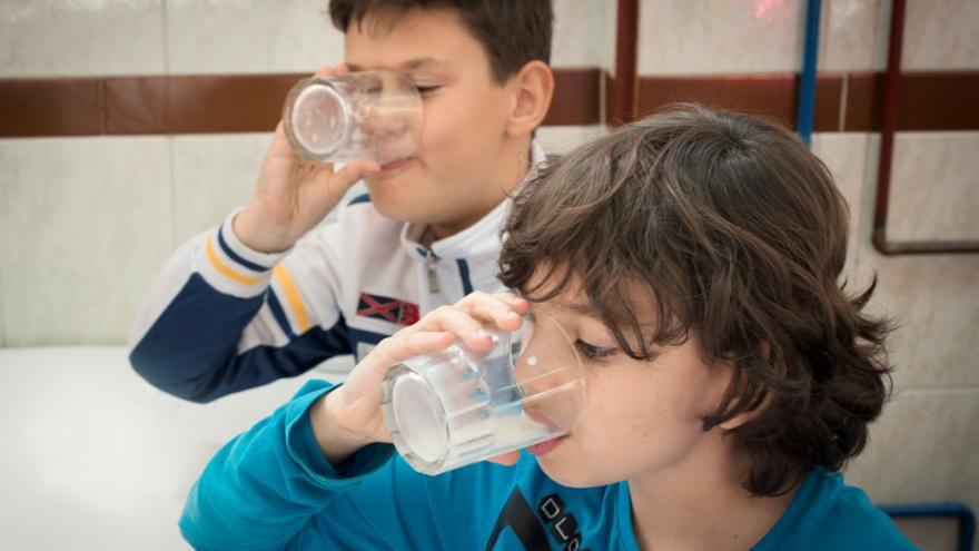 niños desayunando en el colegio