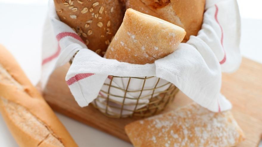 Varios panes en una panera