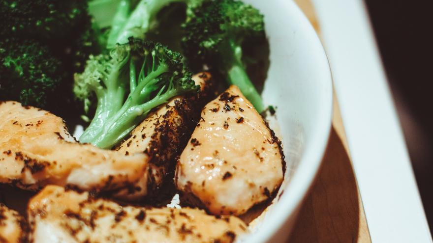plato de brocoli con pavo