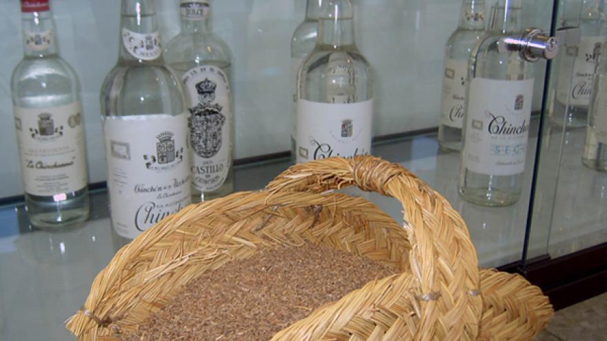 Botellas de DG Chinchón y capazo con anís