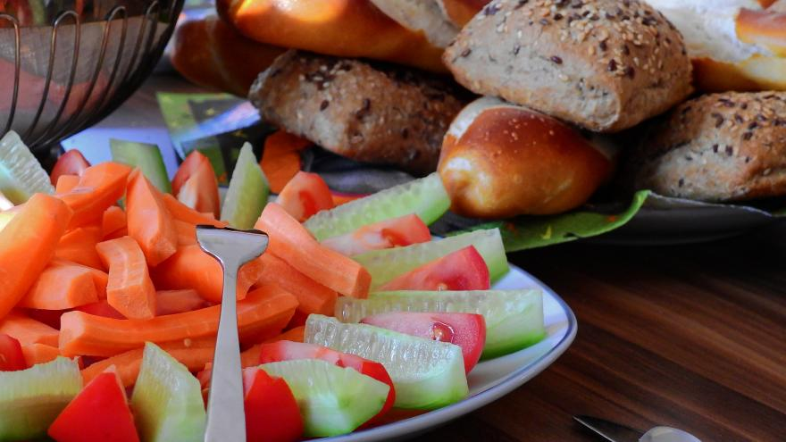 Pepino y zanahoria con hummus