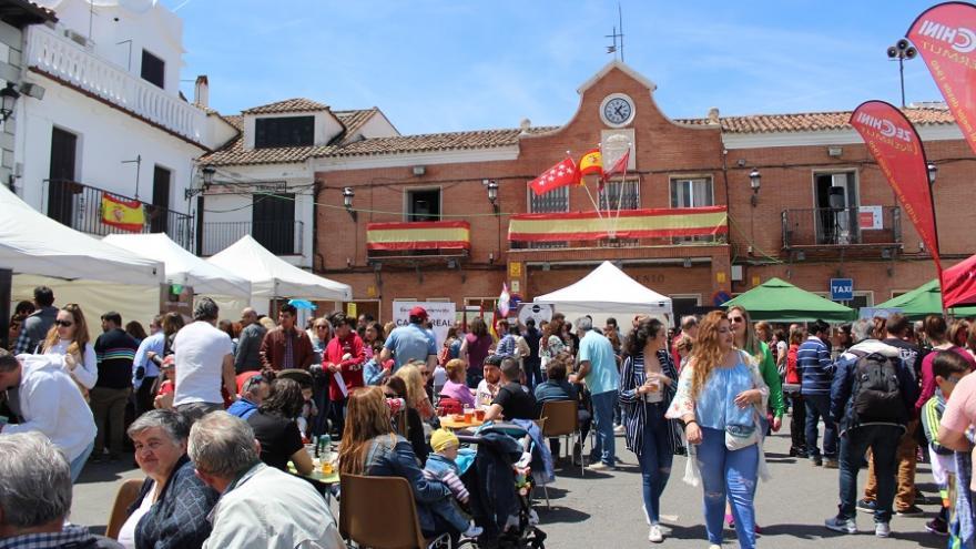 Plaza Mayor con carpas y público durante la Feria Cómete Campo Real