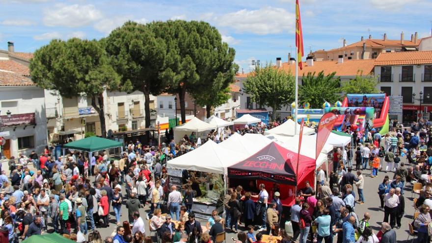 Vista de las carpas y el público durante la Feria Cómete Campo Real