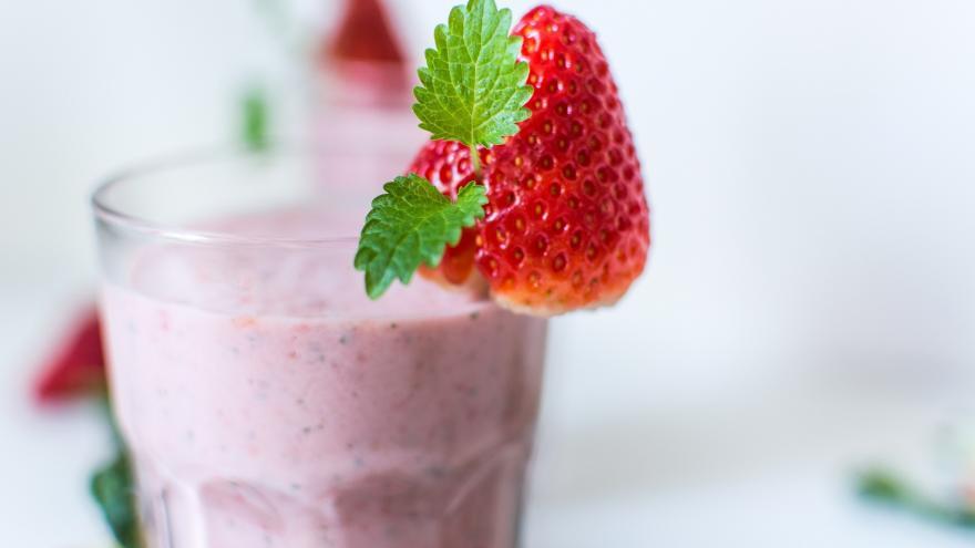 vaso de leche con piña y fresas