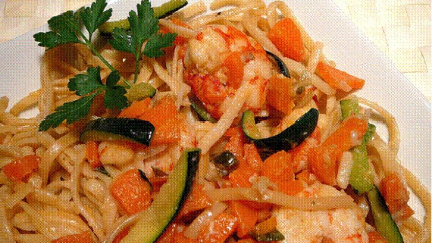 Tallarines con gambas y verduras