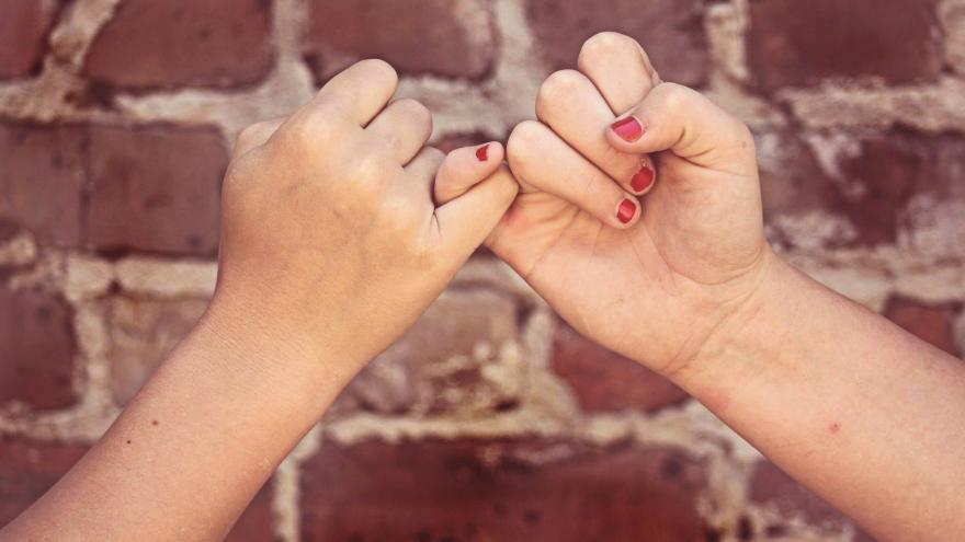 manos enlazadas por meñique