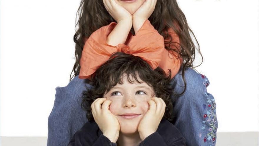 foto de un niño y una niña mirando a cámara