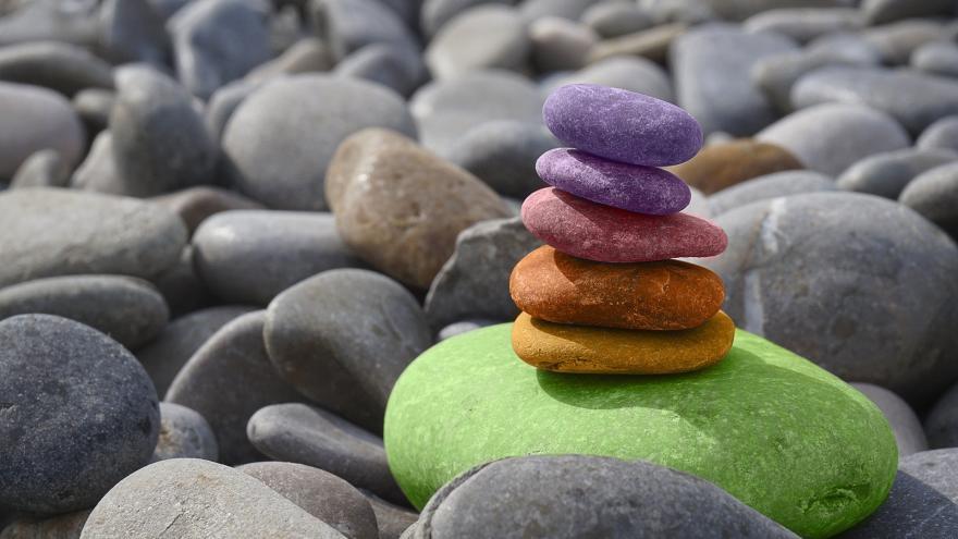 Piedras de colores apiladas