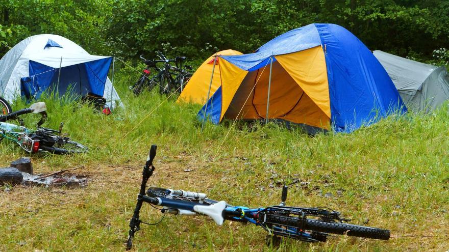 Tienda de campaña y bicicleta