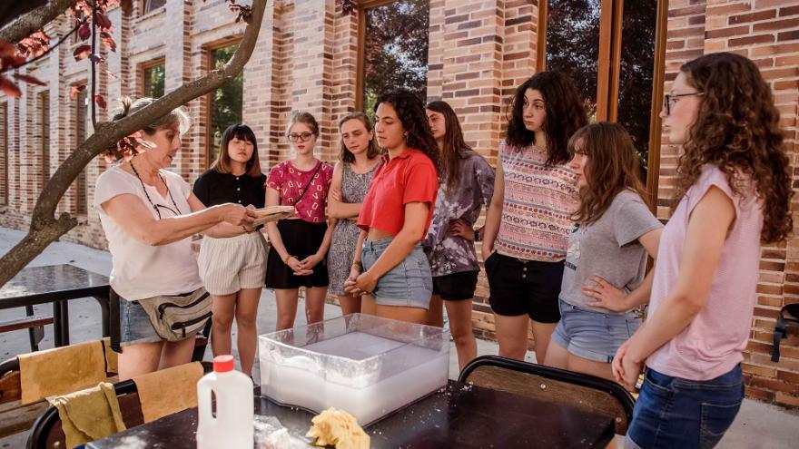 Grupo de jóvenes participando en un taller