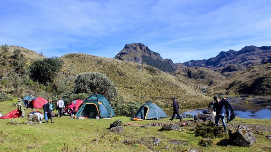 Jóvenes haciendo acampada