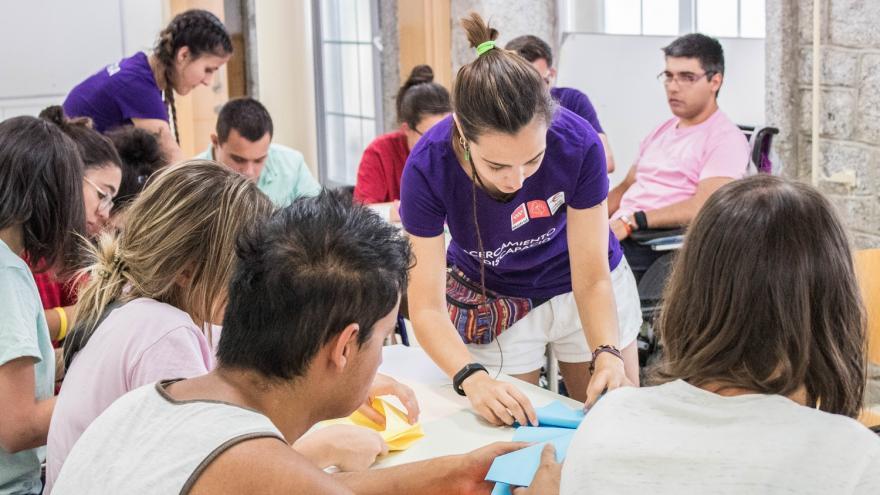 Monitora trabajando con jóvenes con diversidad funcional