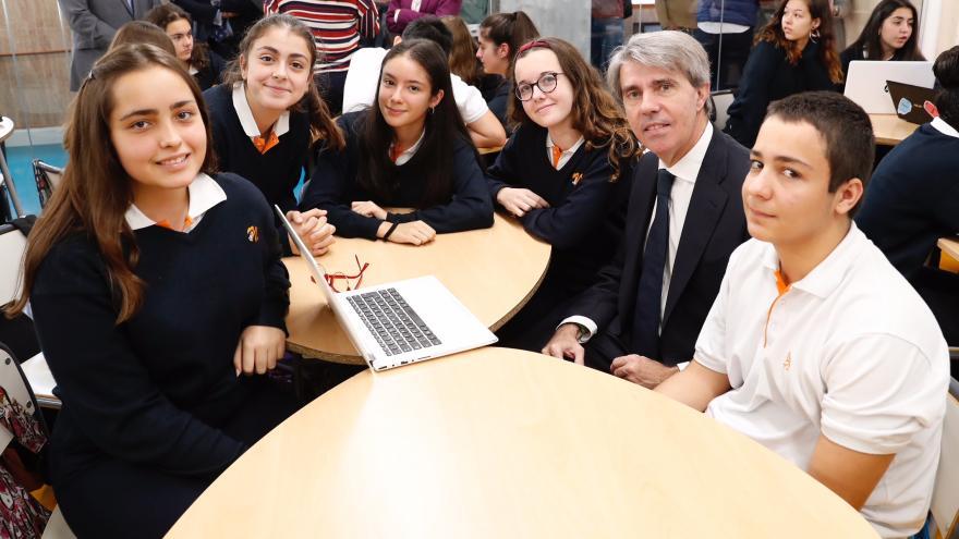 El presidente regional, Ángel Garrido, con los alumnos de Bachillerato del colegio Nazaret Oporto