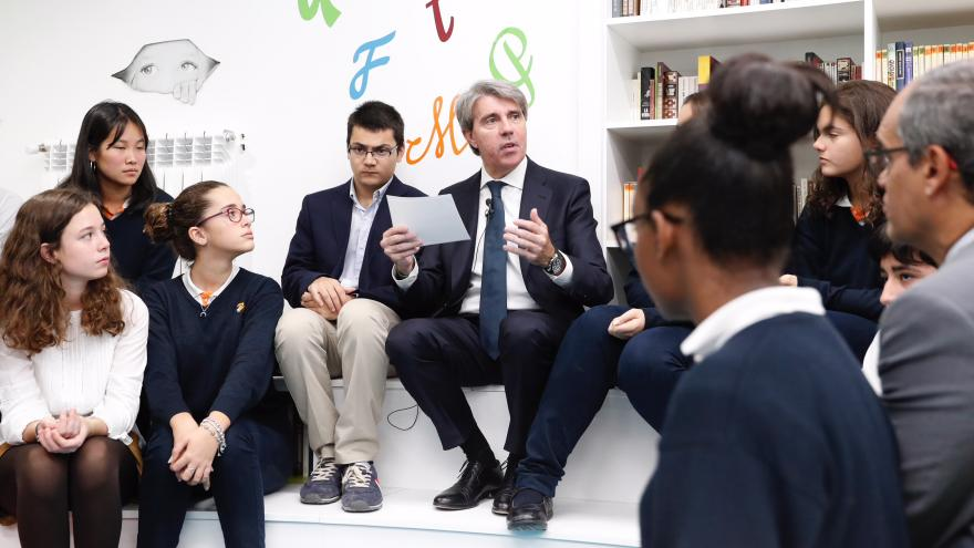 El presidente regional, Ángel Garrido con los alumnos del colegio Nazaret Oporto