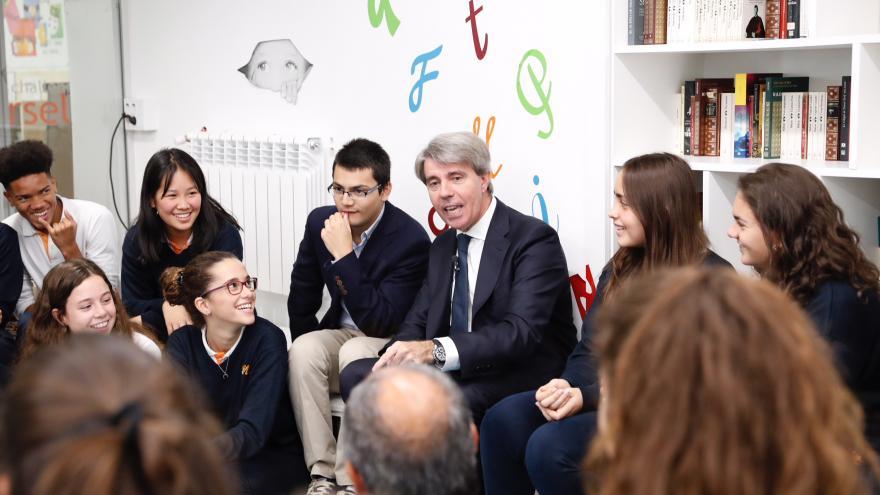 El presidente Ángel Garrido con los alumnos del colegio Nazaret Oporto