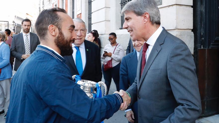 De izquierda a derecha: Ricardinho, segundo capitán y mejor jugador del mundo; Ángel Garrido, presidente de la Comunidad de Madrid.