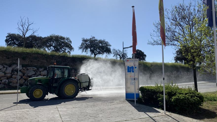 Agricultores en labores de desinfección de infraestructuras esenciales