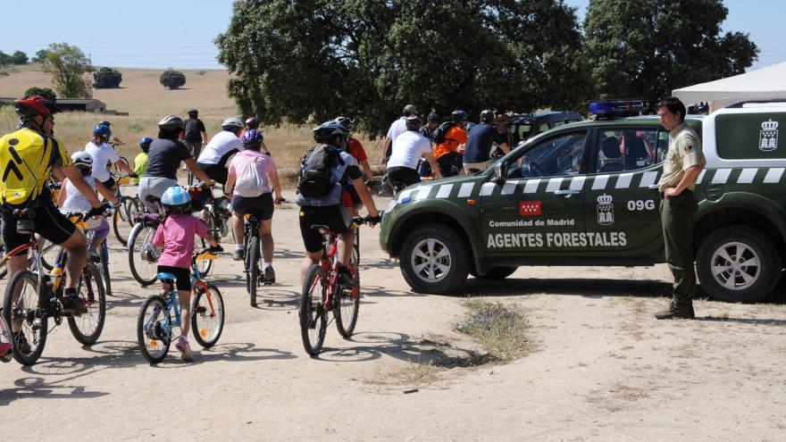 Agente Forestal observa uso ciclista en vía pecuaria