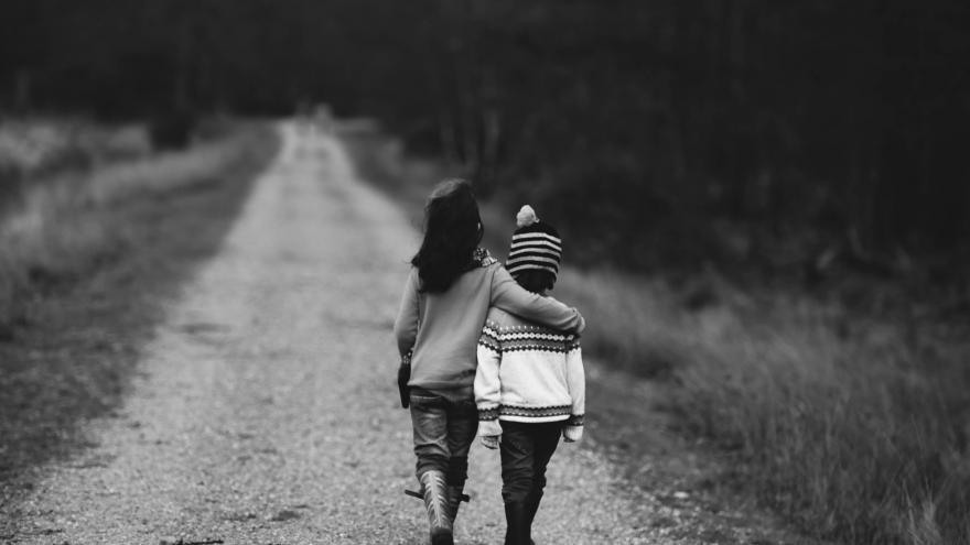 Niños paseando abrazados