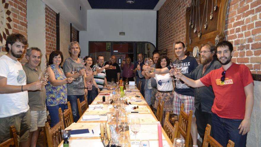 Personas participando en un curso de elaboración de vino en una bodega