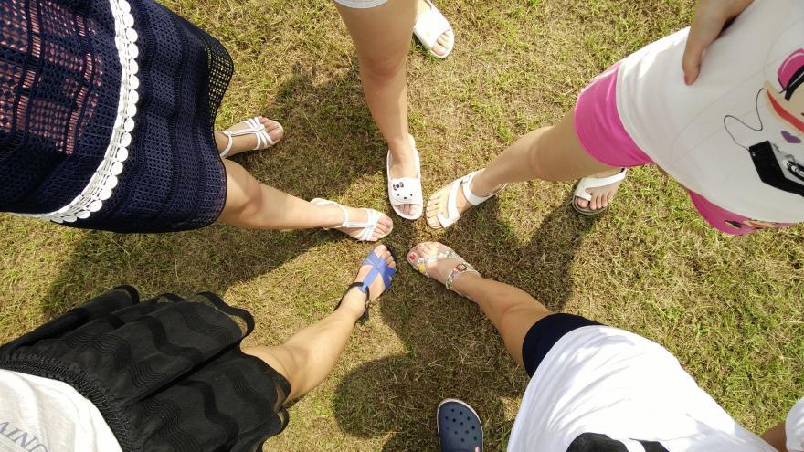 amigas pies juntos en círculo