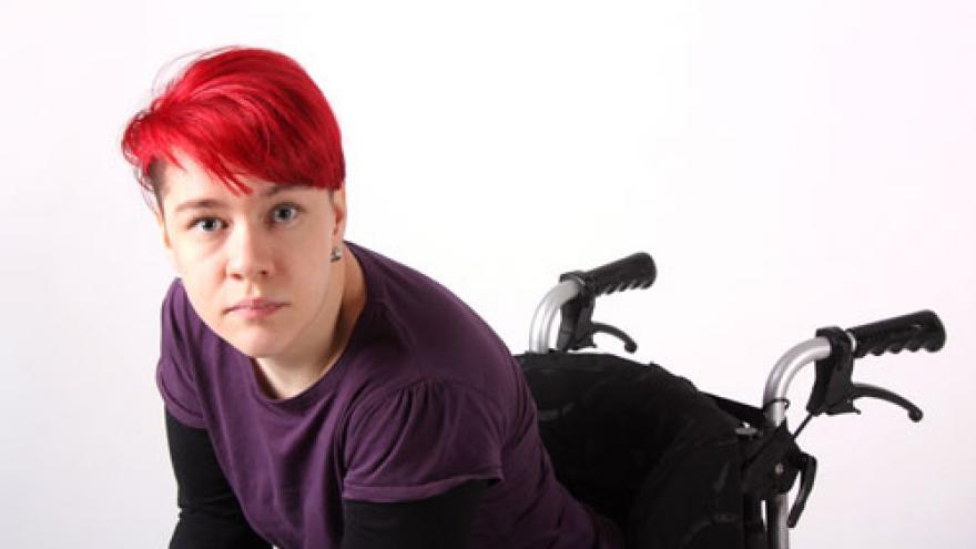 Mujer joven independiente en silla de ruedas