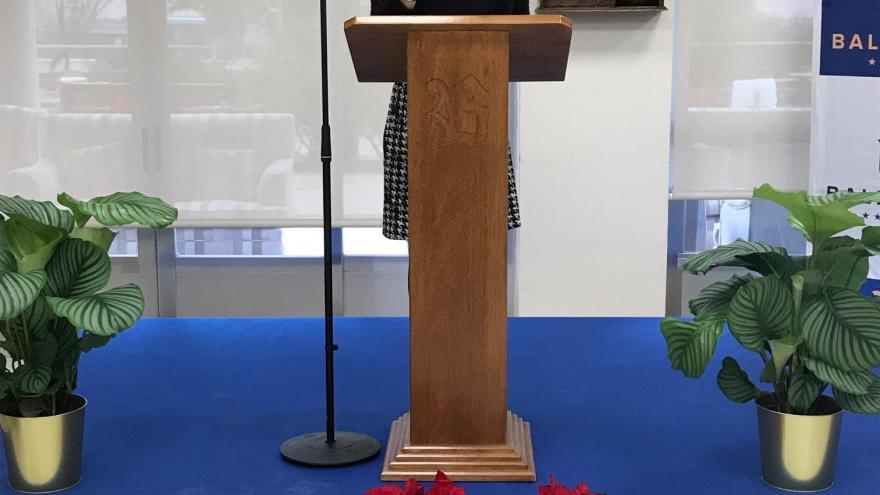 La viceconsejera de Políticas Sociales y Familia, Miriam Rabaneda, entrega los premios de la VIII edición del tradicional concurso de tarjetas navideñas
