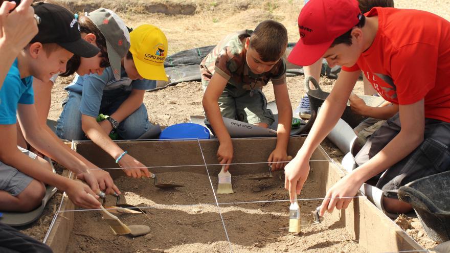 Un grupo de niños realizan trabajos de arqueología