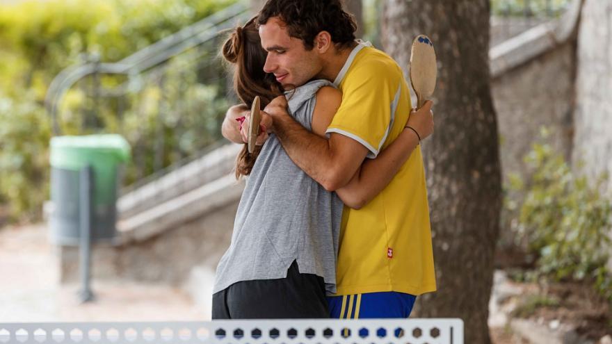 Dos jóvenes abrazándose