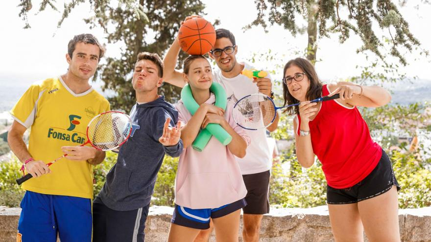 Jóvenes con balón y haciéndose una foto