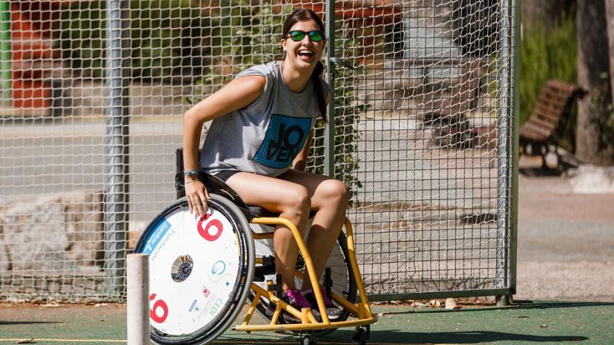 joven en una silla de ruedas en una porteria