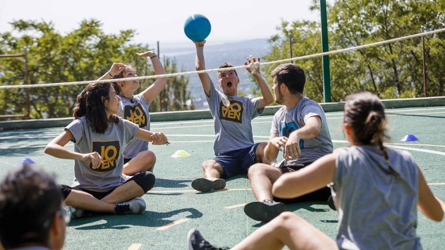 Jóvenes jugando al balón