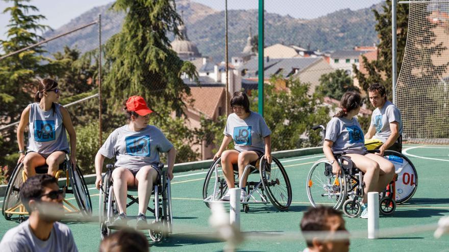 Jóvenes en sillas de ruedas jugando al balón