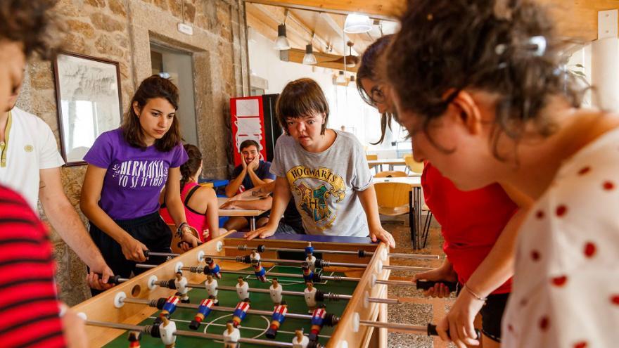 Jóvenes jugando al futbolin