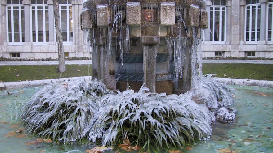 Imagen detalle de la fuente del patio interior helada