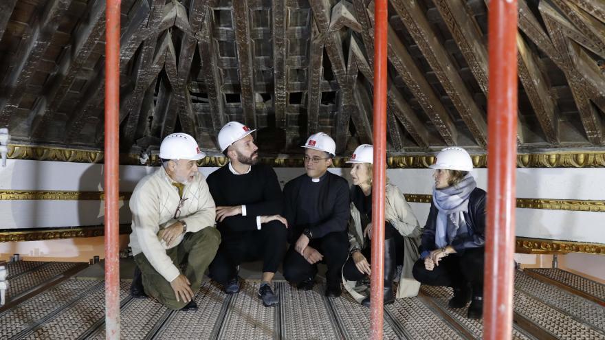 El consejero de Cultura, Turismo y Deportes, Jaime de los Santos, observa los trabajos de restauración en el techo de la iglesia de Santa María la Blanca