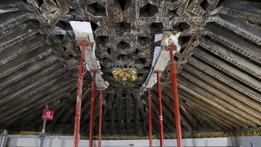 Detalle de los trabajos de restauración en el techo de la iglesia de Santa María la Blanca
