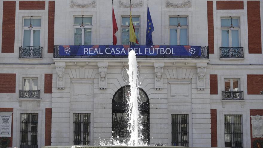 La Real Casa de Correos luce su fachada los escudos del Liverpool y el Tottenham Hotspur