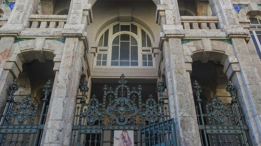 Imagen de la fachada de la Iglesia de Maudes
