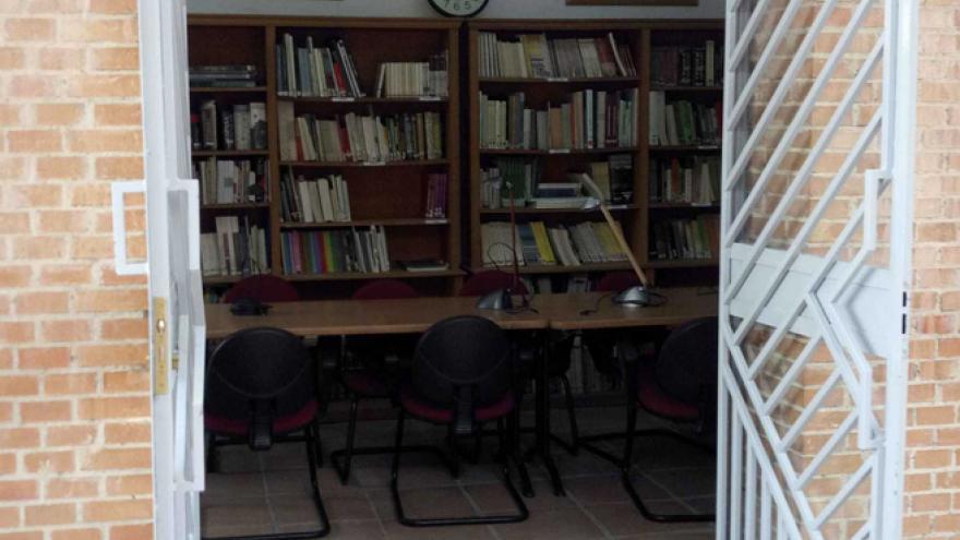 Acceso a la Biblioteca del Centro de educación ambiental Caserio de Henares