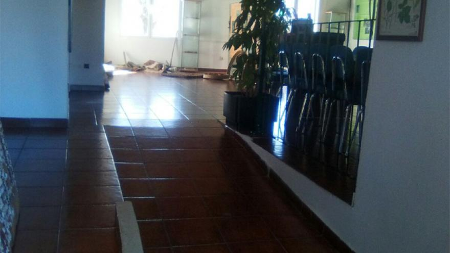 Acceso a la sala de exposiciones del Centro de educación ambiental El Cuadrón
