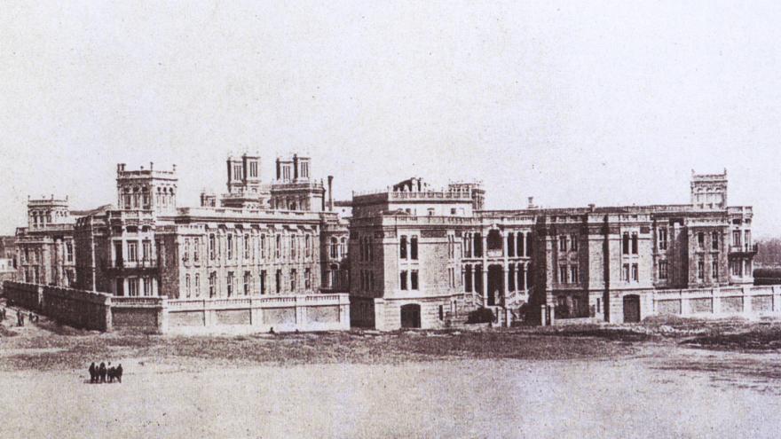 Imagen de la fachada principal de Maudes