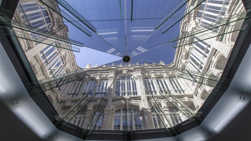 Imagen de lucernario en la entrada principal