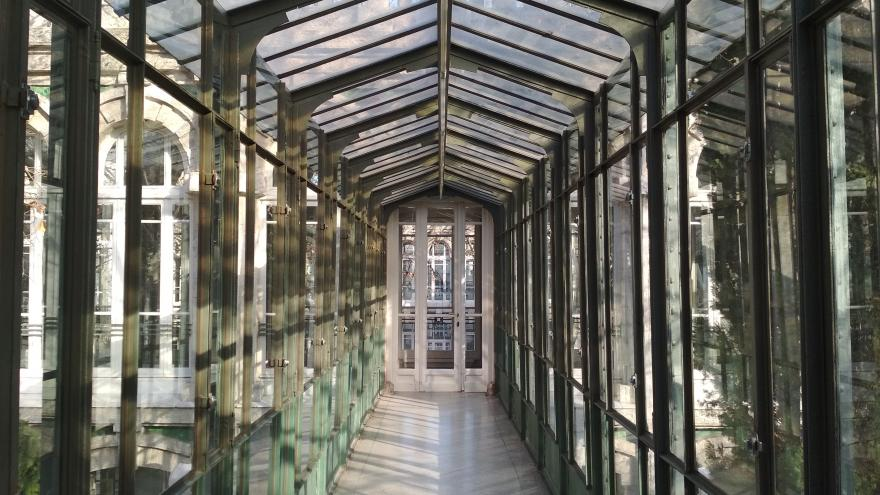 Imagen del interior de la pasarela metálica