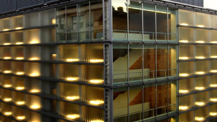 Edificio acristalado con locales para almacenamiento