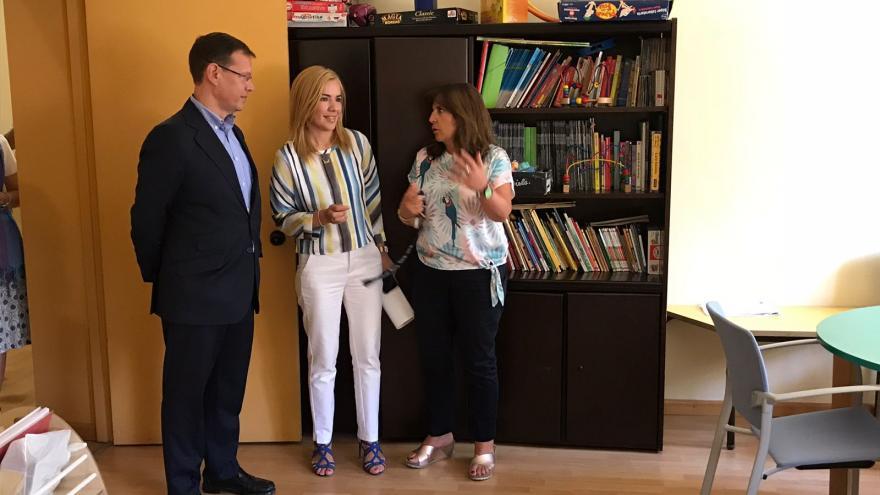 La viceconsejera de Políticas Sociales y Familia, Miriam Rabaneda, visita la residencia El Valle