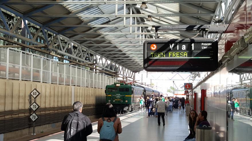 Andén en una estación con el Tren de la Fresa a puto de partir